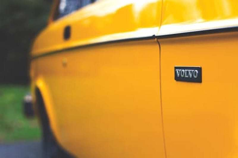 Volvo logolu araç