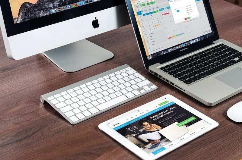 apple ürünleriyle hazırlanmış çalışma masası