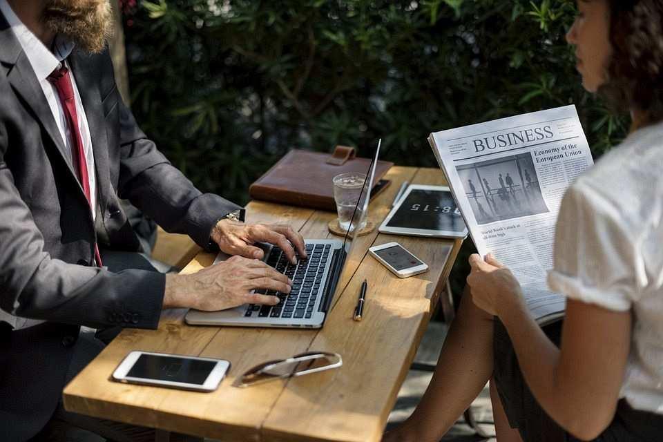 çalışan kadın ve erkek