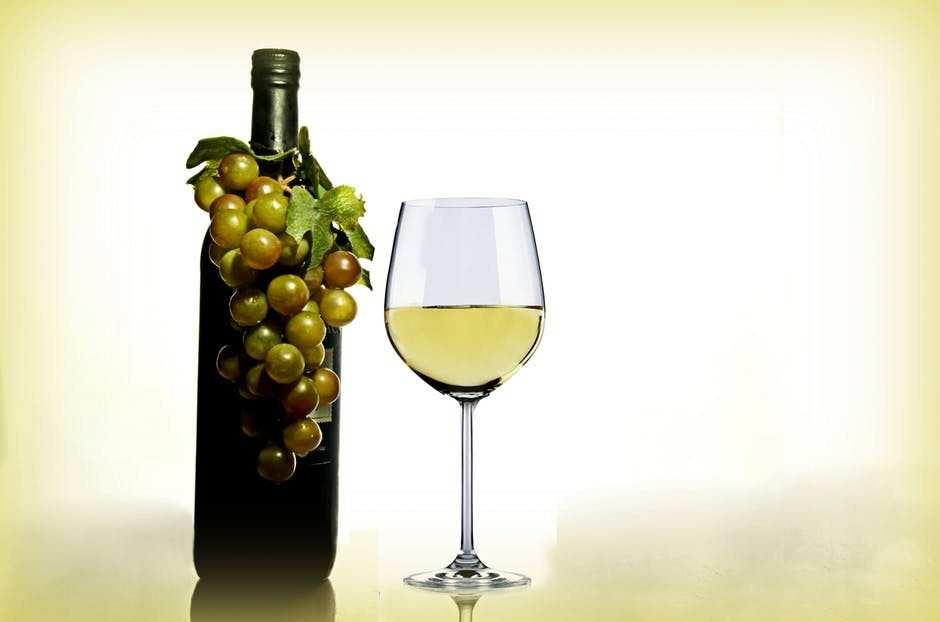 beyaz şarap şişesi ve kadeh