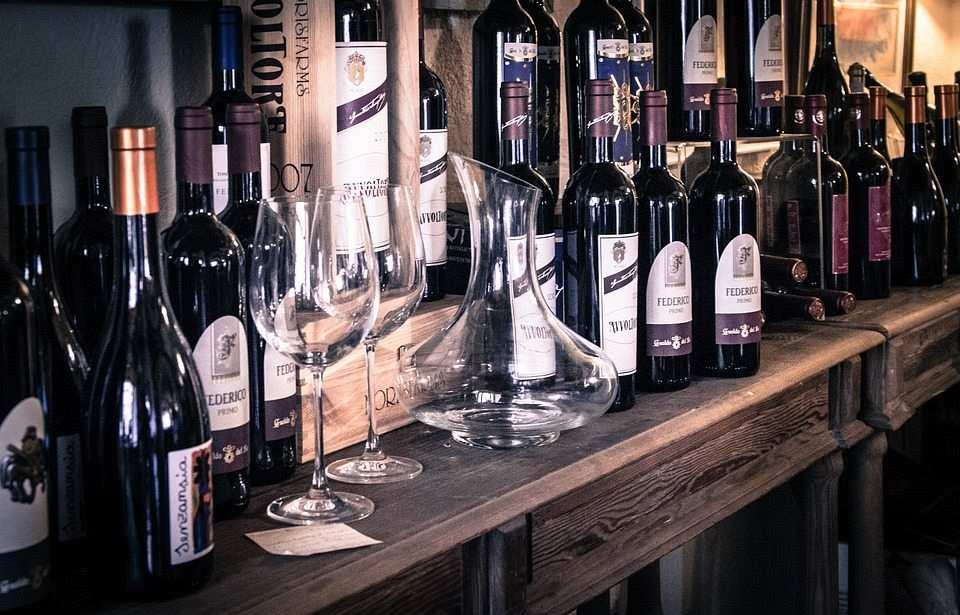 şarap şişeleri ve kadehleri