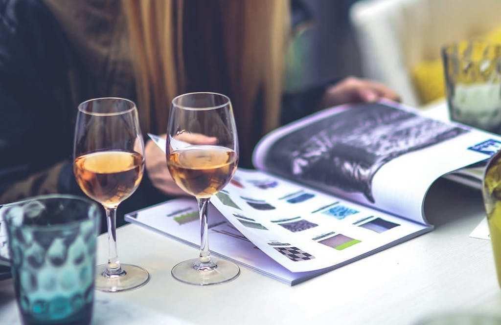 iki kadeh beyaz şarap