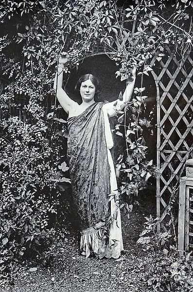 Isadora Duncan Tanrıça pozu
