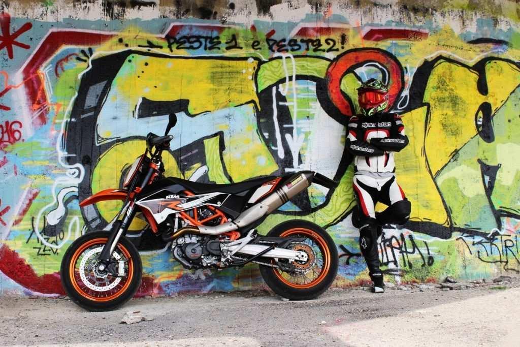 motosiklet, sürücü, duvar yazısı