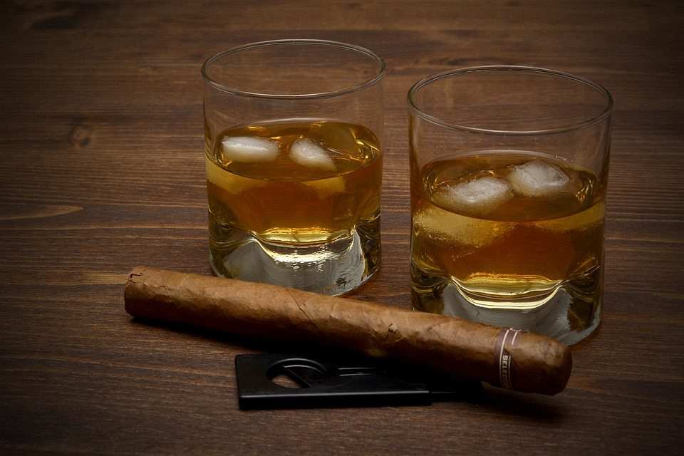viski kadehleri ve puro