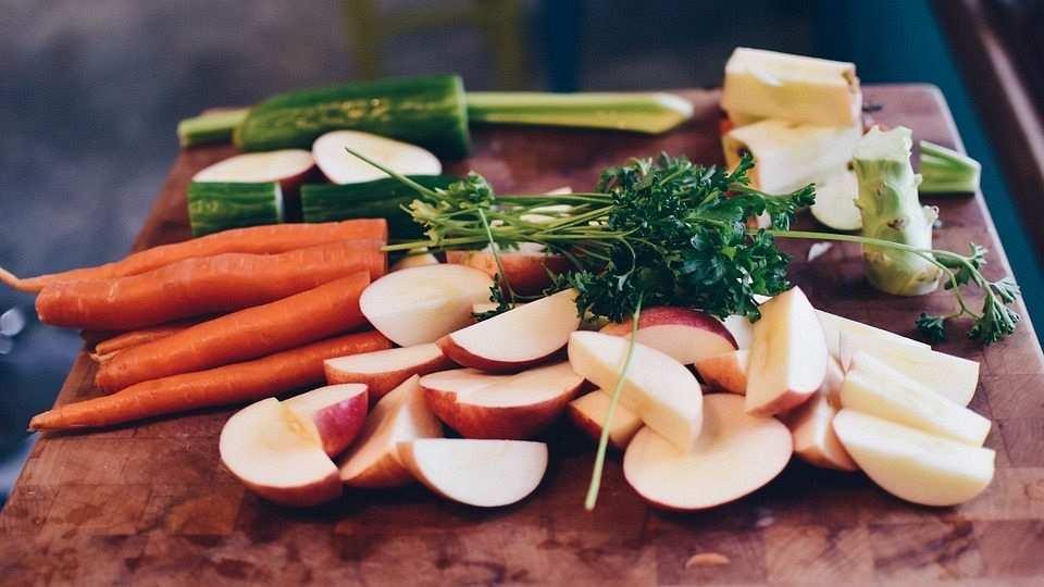 salata malzemeleri, elma, havuç