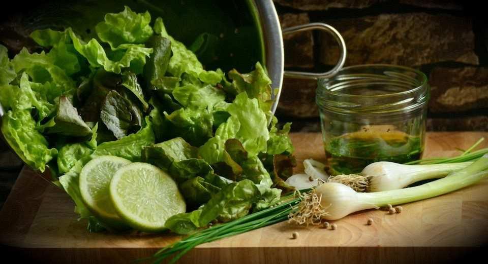 salata malzemeleri, taze soğan, salatalık, marul