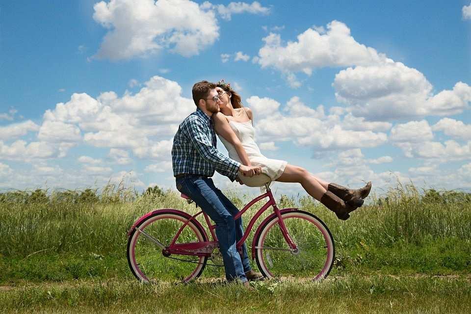 bisiklete binen çift