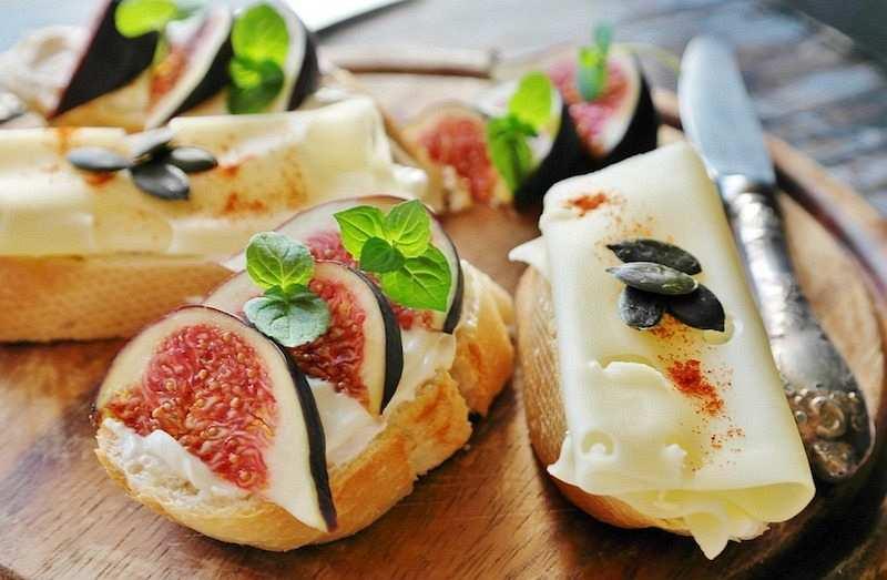 peynir ve incir tabağı