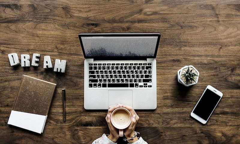 etkili fikirler geliştirmek laptop kahve kalem not defteri