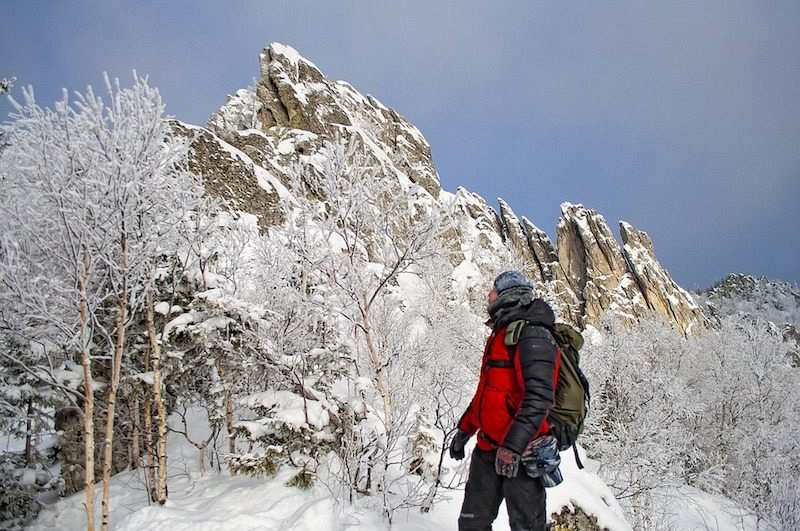 kış kampı dağ yürüyüşü yapan insan
