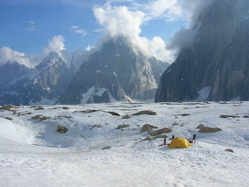 kış kampı çadır kuran insanlar