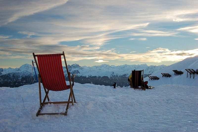 kış kampı kar üzerinde sandalyeler