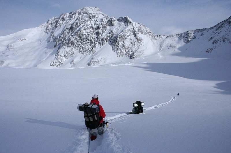 kış kampı karda yürüyüş