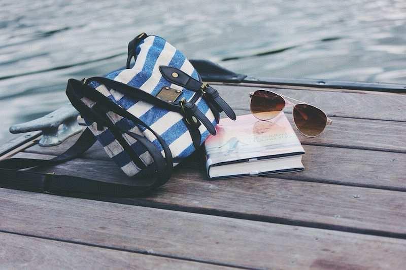iskele kitap çanta güneş gözlüğü