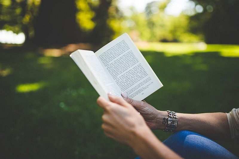açık havada kitap okuyan kadın