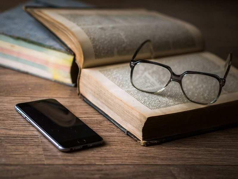cep telefonu kitap gözlük