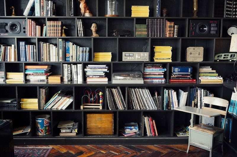 kütüphane kitaplar heykeller aksesuarlar