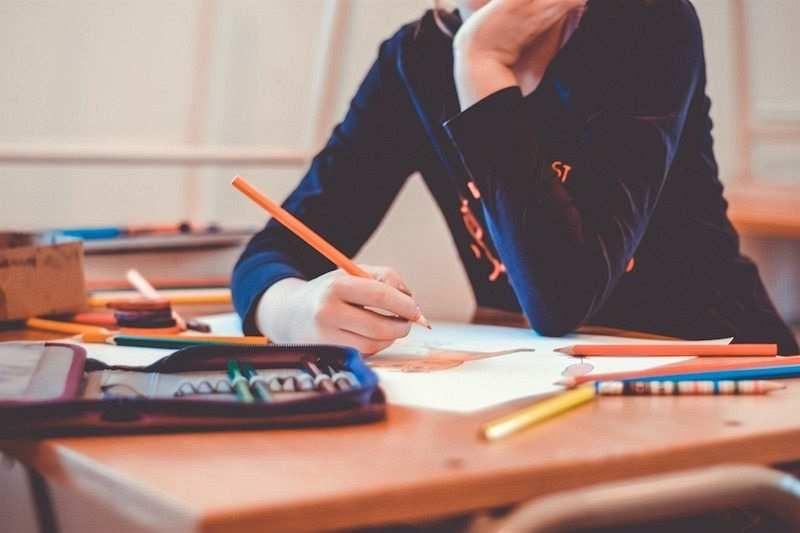 zihin haritası nasıl yapılır çalışma masası renkli kalemler kağıtlar