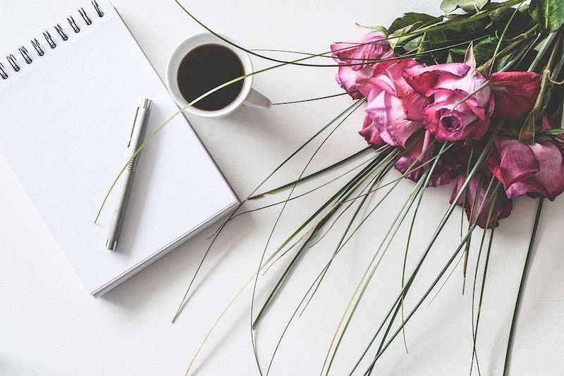 zihin haritası nasıl yapılır romantik çalışma masası, güller, kahve ve not defteri