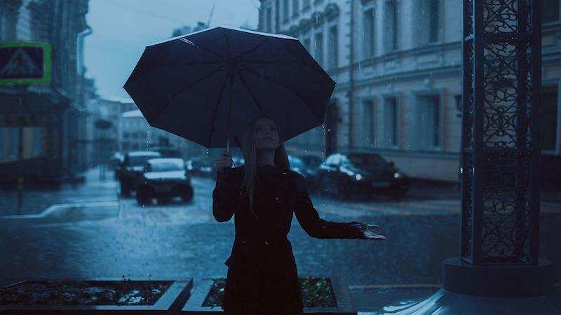 yağmurlu hava şemsiyeli genç kadın