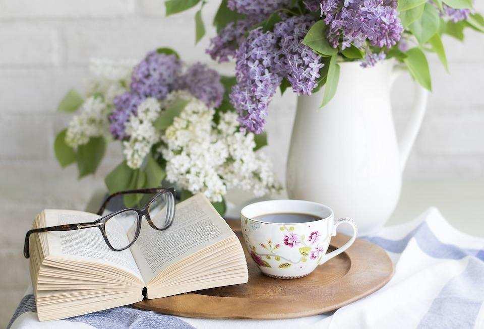 yaratıcılığı geliştirmek kitap çay fincanı çiçek