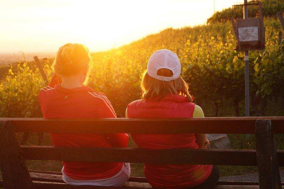 kendimizi ifade ederken en sık yaptığımız hatalar günbatımı bankta oturan insanlar