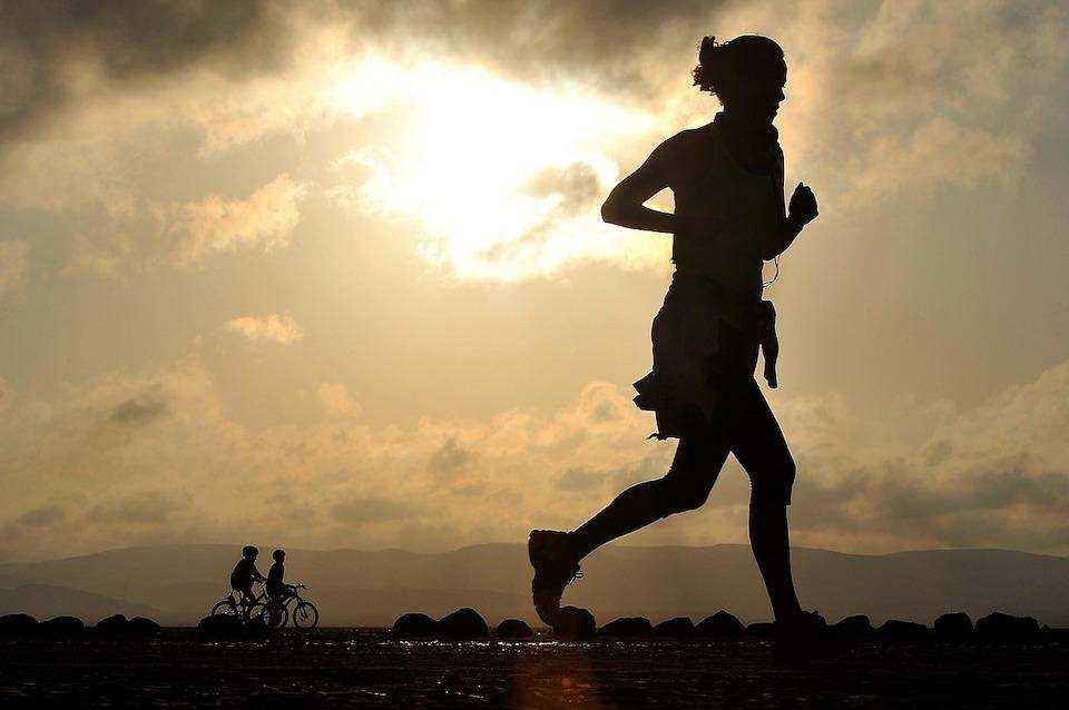 koşu yapan kadın silüet gün batımı