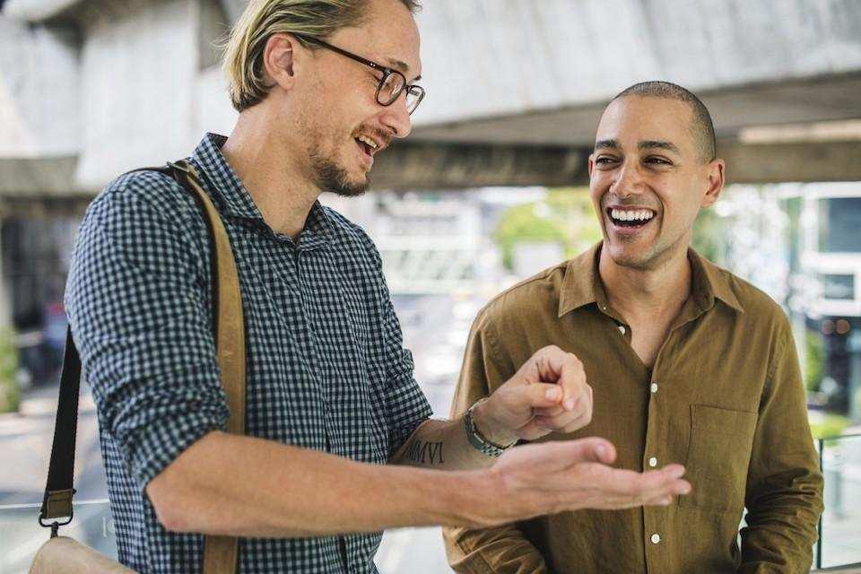 espri yeteneği konuşan iki erkek