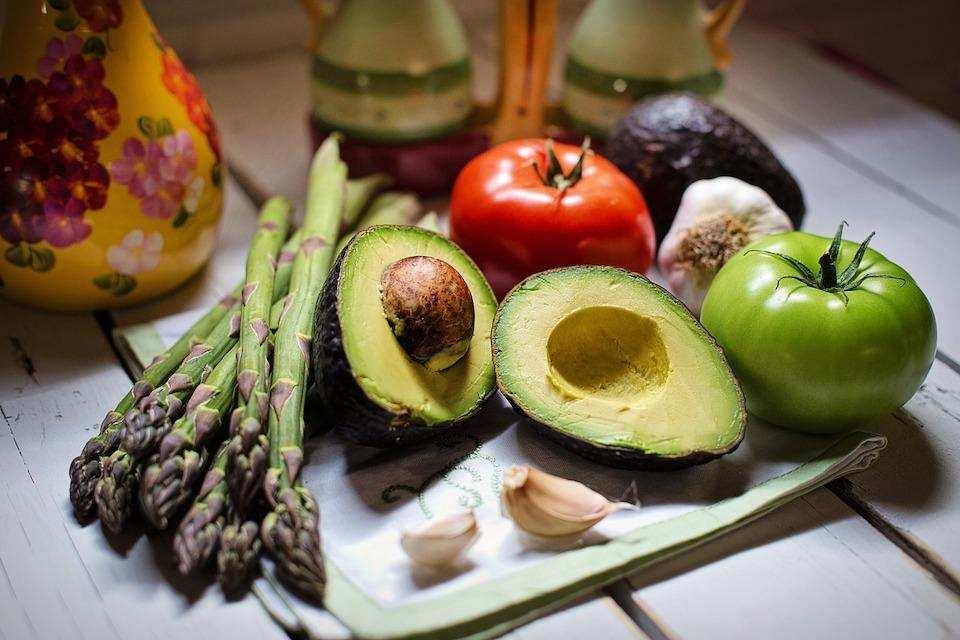veganlık veganizm sebze ve meyveler avokado kuşkonmaz domates