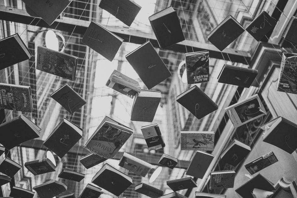 batı edebiyatında akımlar asılmış kitaplar