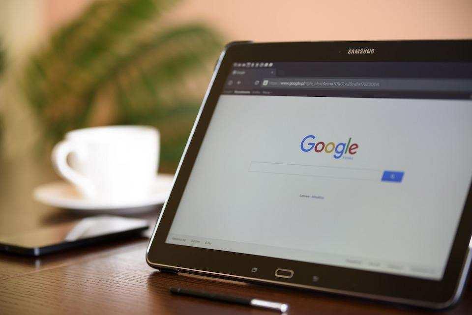 google'da arama yapmanın püf noktaları laptop google search