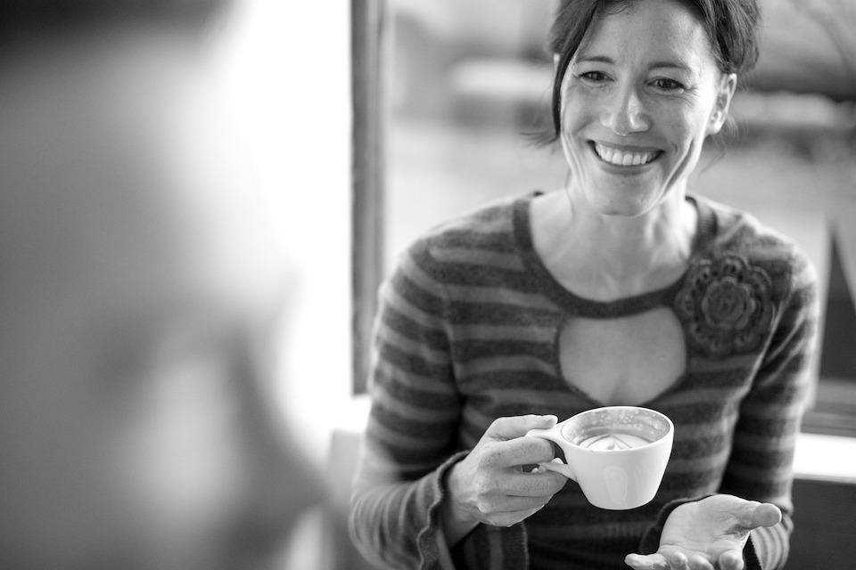 iş görüşmesi nasıl yapılır gülümseyen kadın kahve