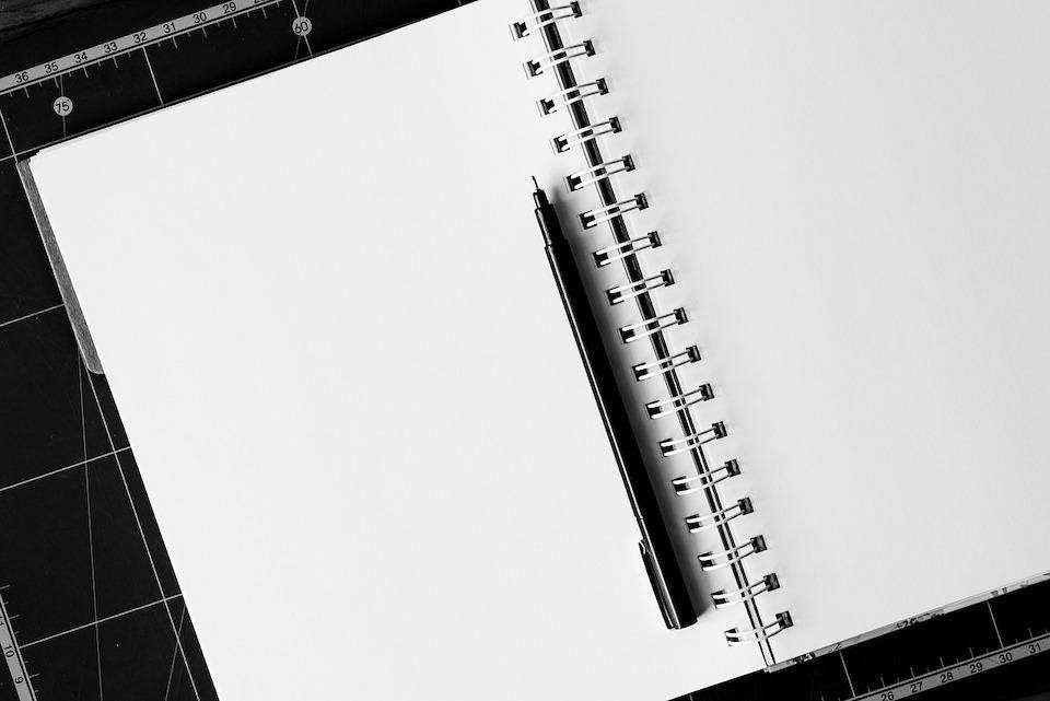 yapılacaklar listesi hazırlamanın doğru yolu defter kalem siyah beyaz