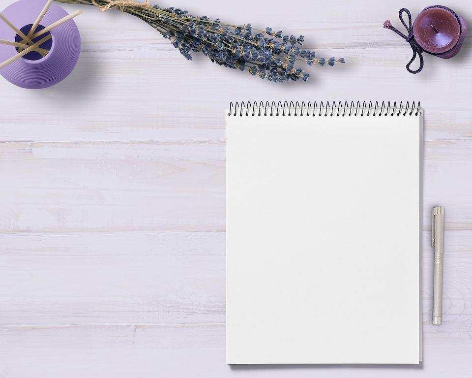 yapılacaklar listesi hazırlamanın doğru yolu not defteri kalem lavanta masa üstü