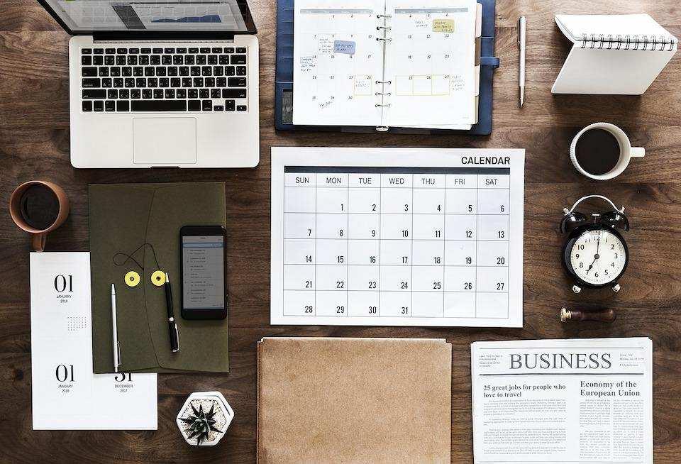 yapılacaklar listesi hazırlamanın doğru yolu masa üstü ajanda laptop telefon