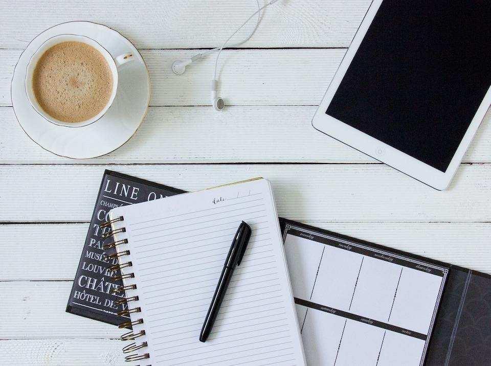 yapılacaklar listesi hazırlamanın doğru yolu masa üstü defter kalem kahve
