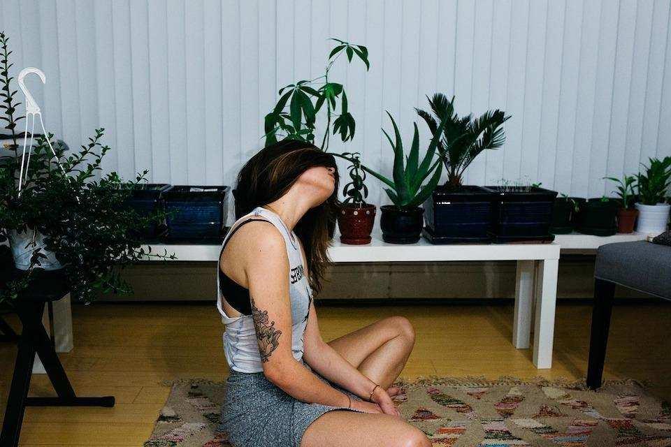 evde meditasyon yapmak kadın