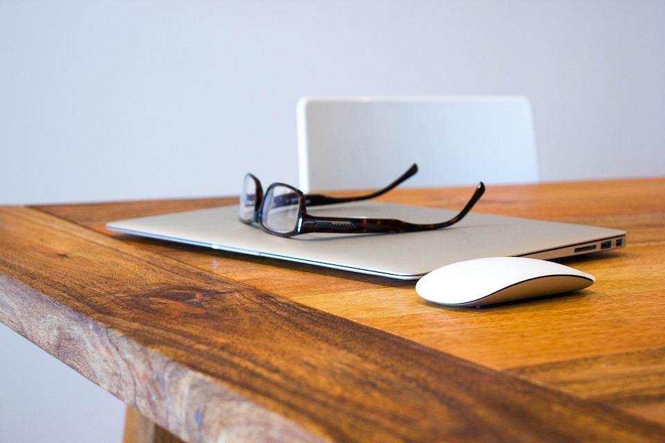 sağlıklı yaşam laptop apple mouse masa gözlük