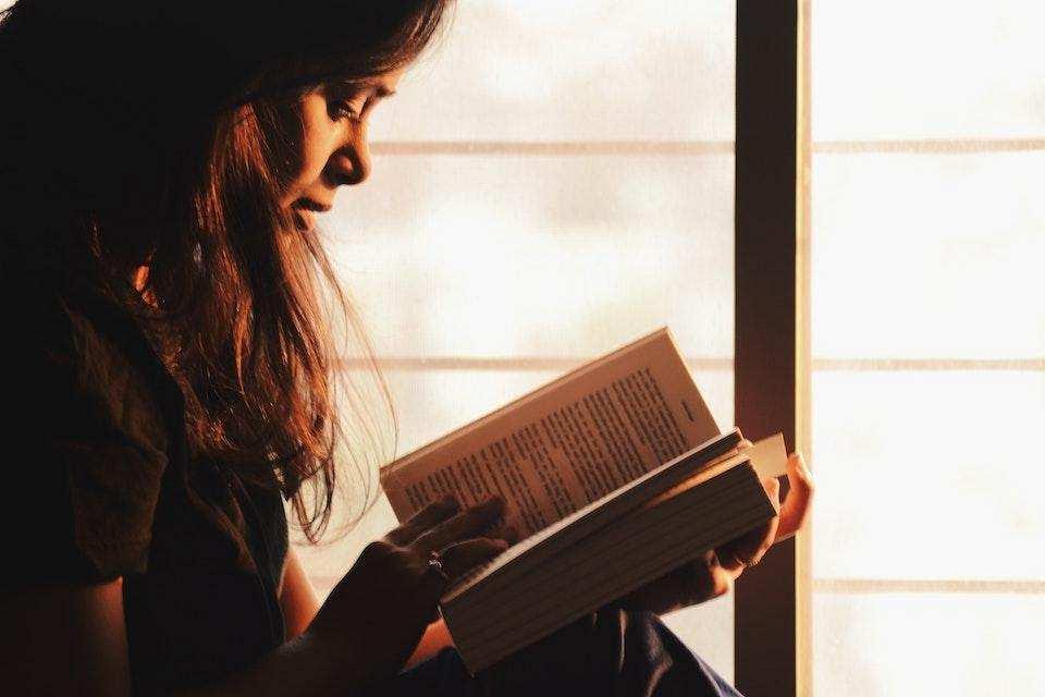 kitap okuyan kadın